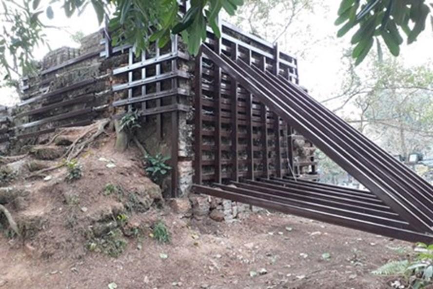 """Cổng thành cổ Sơn Tây bị """"nhốt"""" vào lồng sắt (chụp ngày 4.1).Ảnh: ĐỨC VÂN"""