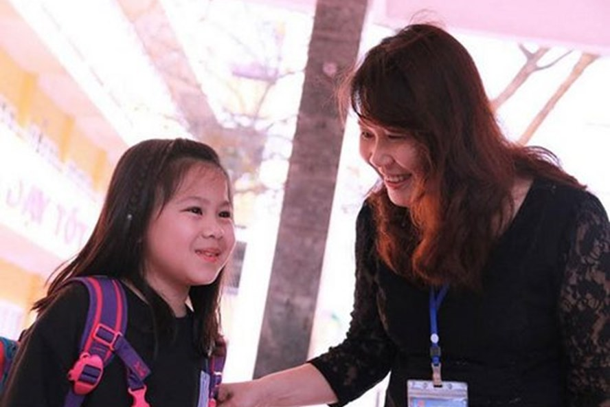 Hiệu trưởng, giáo viên ra tận cổng trường đón học sinh (Ảnh minh họa, theo Truyền hình Bắc Giang)