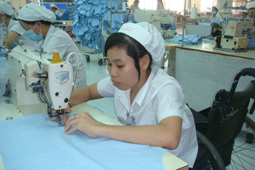Với sự quan tâm của lãnh đạo Cty và CĐ Cty, các CN khuyết tật tại Cty CP Việt Hưng (TPHCM) yên tâm làm việc.