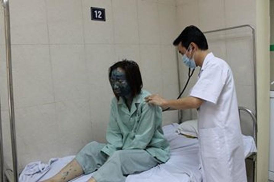 BS khám cho một bệnh nhân mắc thủy đậu (Ảnh: TX)