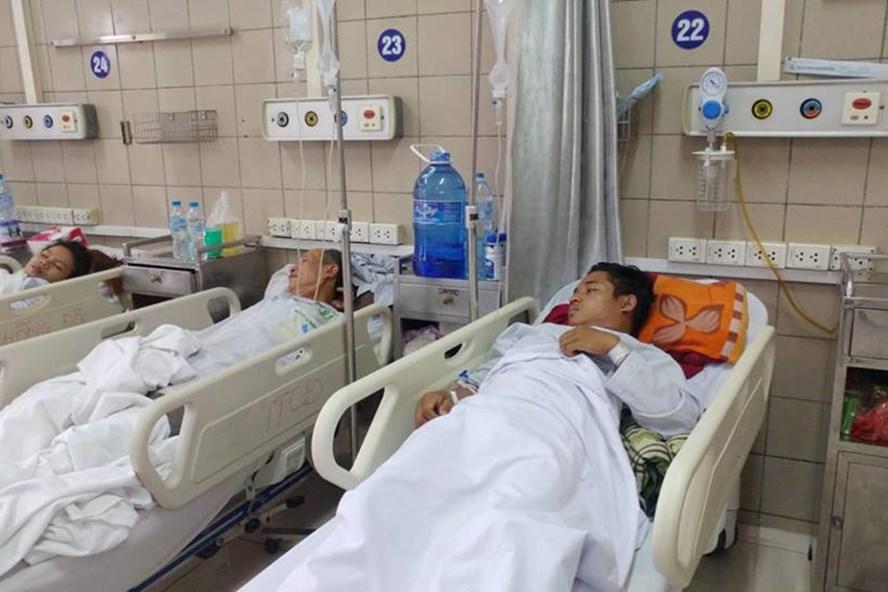 Các sinh viên ngộ độc rượu vẫn đang điều trị tại BV Bạch Mai (Ảnh: BVCC)