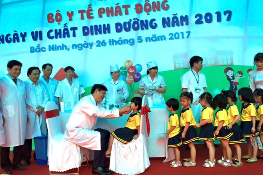 Thứ trưởng Bộ Y tế Nguyễn Thanh Long kêu gọi người dân cho con em mình đi uống vitamin A. Ảnh: BYT