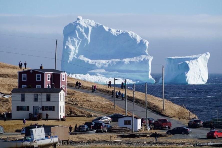 Tảng băng trôi nhìn từ thị trấn Ferrylan, ở Newfoundland. Ảnh: Reuters