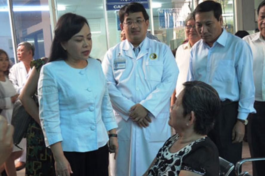 Bộ trưởng Nguyễn Thị Kim Tiến hỏi thăm bệnh nhân tại Viện Y dược học dân tộc TPHCM. Ảnh: K.Q