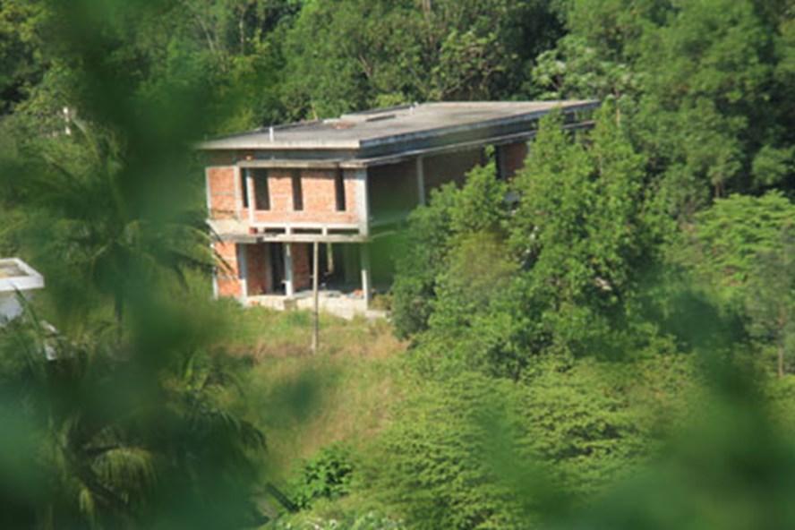 Ngoài những dự án lớn, vẫn còn hàng trăm khu đất, căn nhà xây dựng trái phép trên Sơn Trà. Ảnh: THANH HẢI