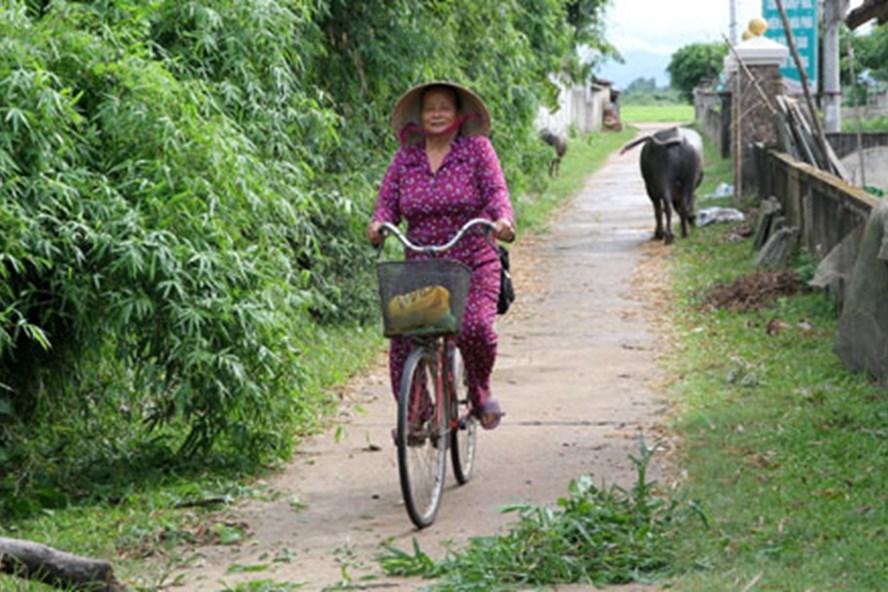 70 tuổi, bà Chẩm vẫn làm y tế thôn, đi khắp đây đó để thăm khám cho mọi người. Ảnh: HƯNG THƠ