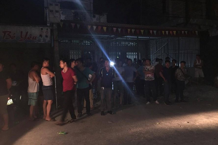 Nhiều người dân hiếu kỳ tụ tập theo dõi vụ việc lúc 23h ngày 26.3 - ảnh HH