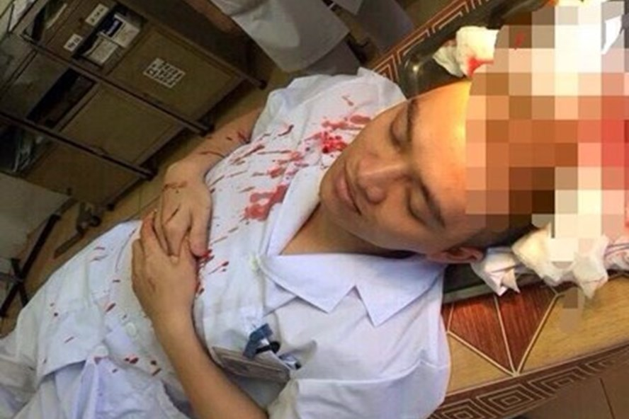 Bác sĩ Dương bất tỉnh sau khi bị đánh - Ảnh do bệnh viện cung cấp.