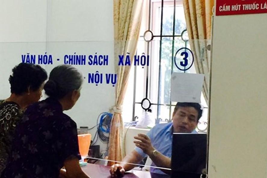 Cán bộ phường Đại Kim (Hà Nội) tiếp dân với thái độ hống hách (Ảnh: LĐO)