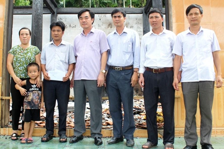 Chủ tịch LĐLĐ tỉnh Quảng Bình Nguyễn Lương Bình trao tận tay số tiền hỗ trợ cho gia đình anh Hoàng Phương Đông. Ảnh: Lê Phi Long
