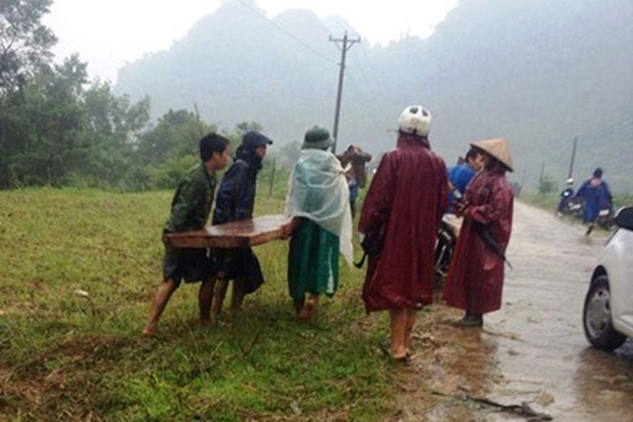 Trước đó tại Quảng Bình đã xảy ra nhiều vụ lâm tặc tấn công lực lượng kiểm lâm để tẩu tán gỗ lậu. Ảnh: Kiểm lâm cung cấp.