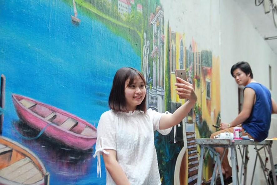"""Một bạn trẻ """"check-in sống ảo"""" ở khu phố tranh tường 3D."""