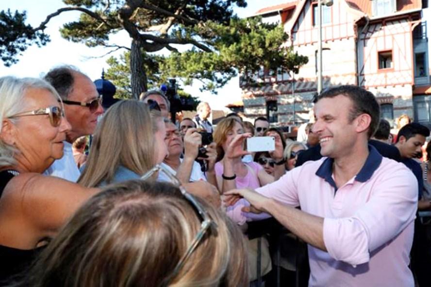 Tổng thống Pháp Emmanuel Macron (phải) bắt tay người ủng hộ ở Le Touquet, ngày 17.6.2017. Ảnh: Reuters