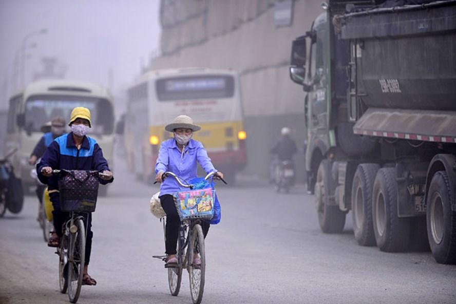 Người dân Hà Nội hằng ngày đối mặt với ô nhiễm không khí. Ảnh: Hải Nguyễn