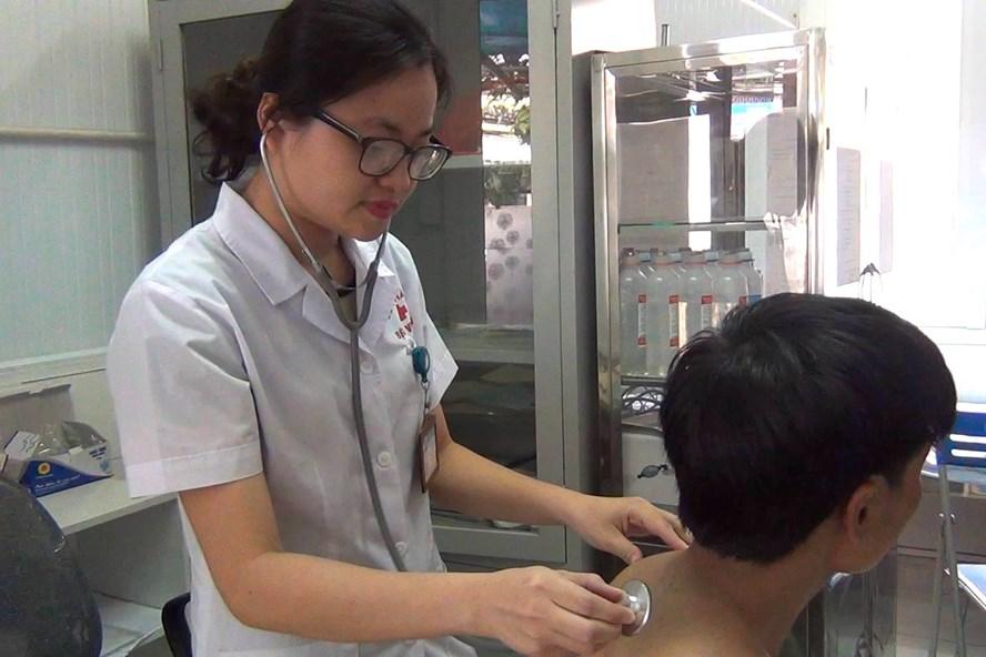 Bác sĩ Bệnh viện 09 đang kiểm tra sức khỏe cho bệnh nhân nghiện heroin đang điều trị methadone.