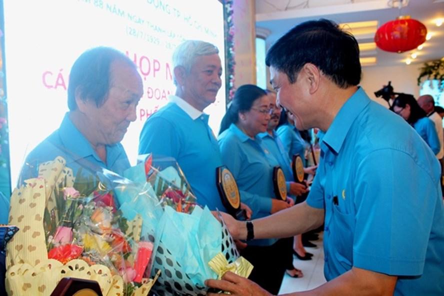 Đồng chí Bùi Văn Cường, Chủ tịch Tổng LĐLĐ Việt Nam trao Kỷ niệm CĐ TP cho cán bộ CĐ - Ảnh: T.Nga