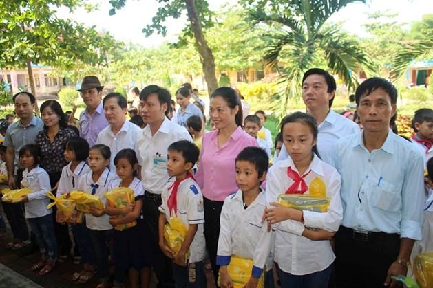 CĐ TCty Giấy Việt Nam trao quà cho học sinh Trường Tiểu học Phúc Đồng. Ảnh: Trần Tuấn