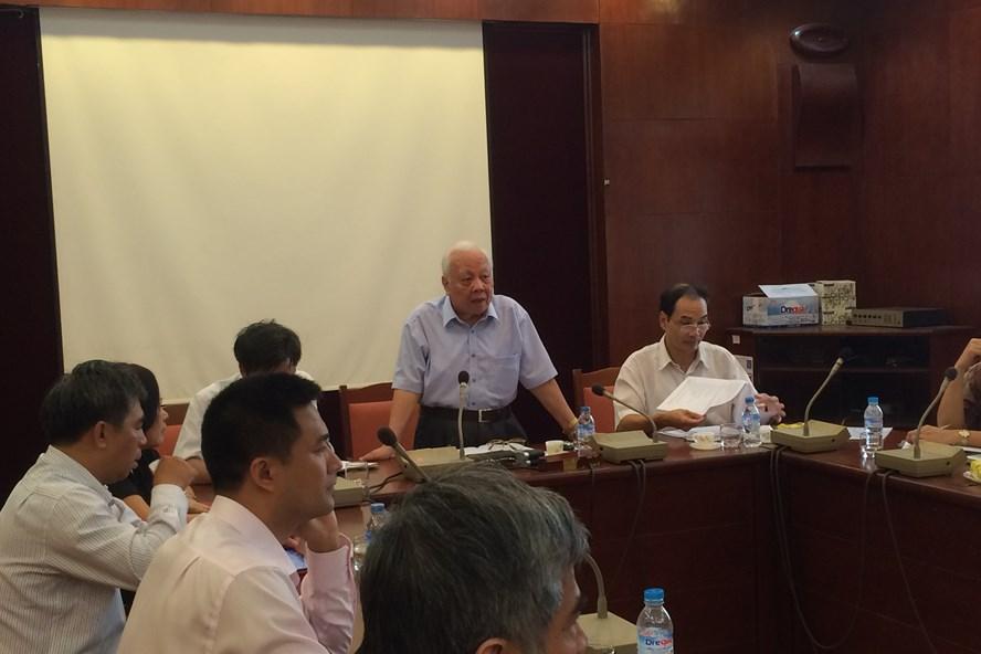 GS.VS Nguyễn Văn Hiệu (đứng) phát biểu trong một buổi hội thảo (Ảnh: NVCC)