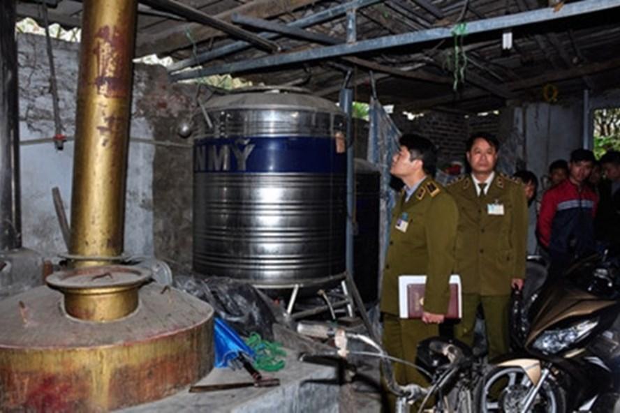 Chi cục Quản lý thị trường Hà Nội kiểm tra cơ sở sản xuất kinh doanh rượu thủ công tại các làng nghề. (Ảnh: T.L)