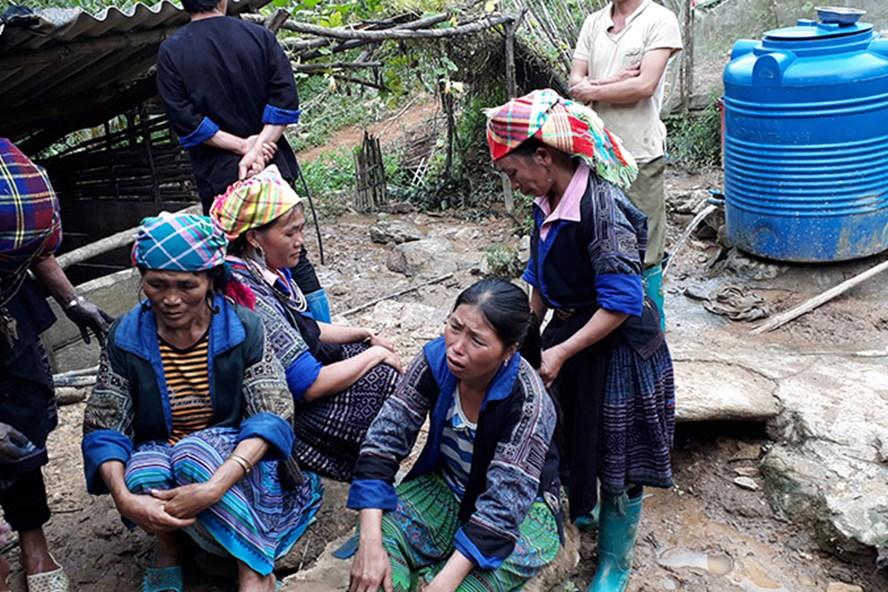 Chị Mùa Thị Sua khóc ngất lên ngất xuống khi nghe tin 2 con bị mất tích. Ảnh: Phạm Đông