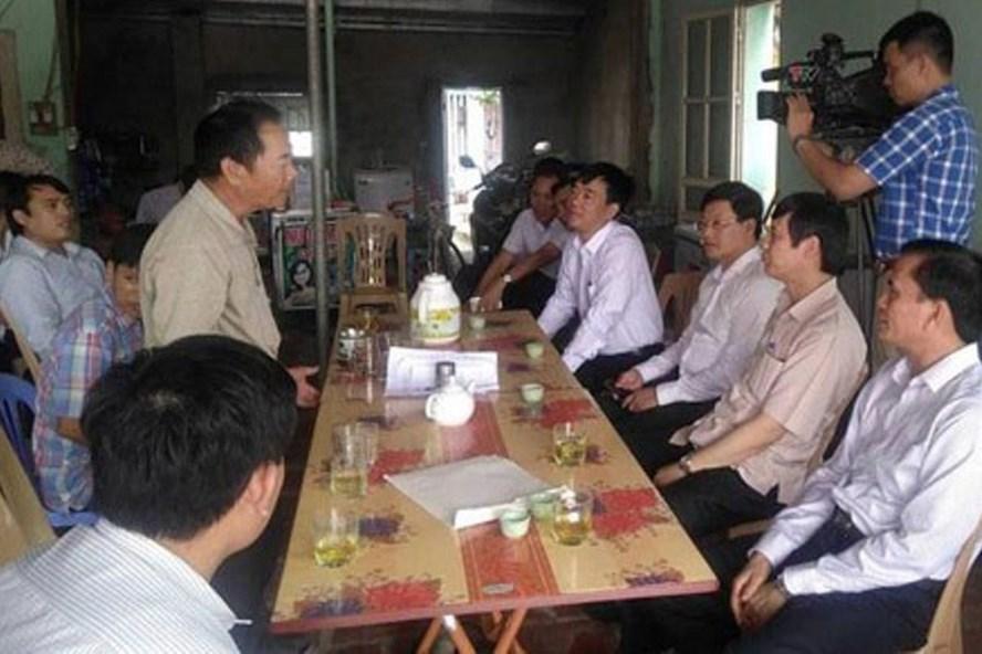 Ông Nguyễn Đình Xứng - Chủ tịch UBND tỉnh Thanh Hoá (thứ hai, phải sang) trong buổi trao đổi với 12 hộ dân. Ảnh: H.Đ