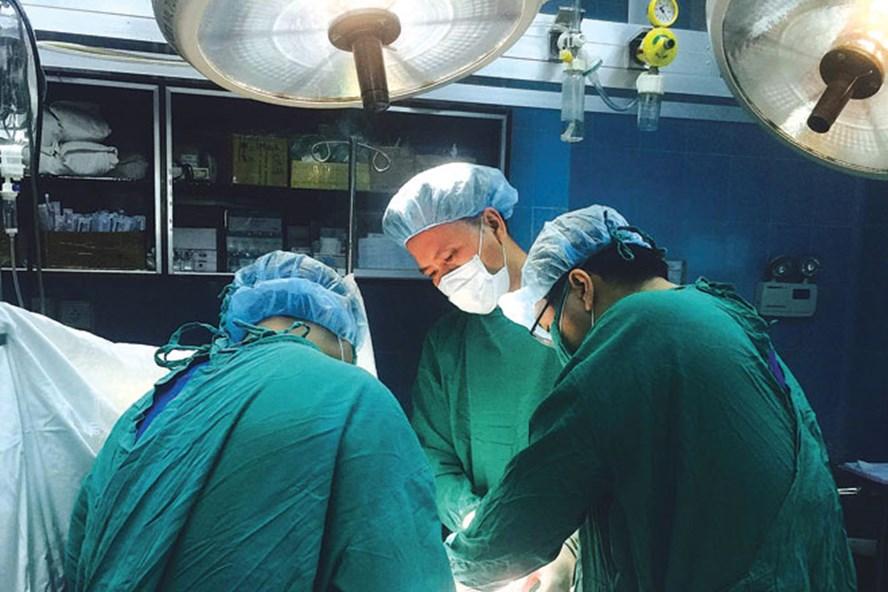 BS.CKII Lê Gia Ánh Thỳ - Phó trưởng Khoa Chi trên, BV Chấn thương Chỉnh hình TP.HCM - và ê kíp đang phẫu thuật cho bệnh nhân.