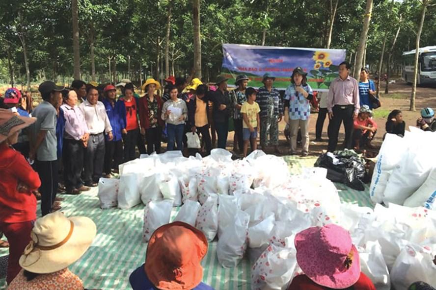 Vào tháng 9.2016, một nhóm các nhà từ thiện đã mang lương thực hỗ trợ hàng trăm hộ Việt kiều hồi hương ở Bình Phước và Tây Ninh.
