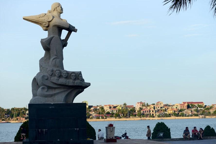 Bức tượng mẹ Suốt bên bờ Bắc dòng Nhật Lệ nhắc nhớ một thời chiến tranh gian khổ mà hào hùng.