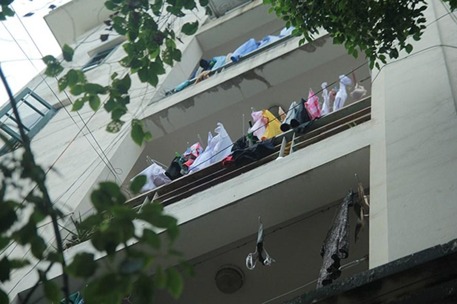 Tình trạng phơi quần áo trong Bệnh viện Bạch Mai vẫn diễn ra thường xuyên.