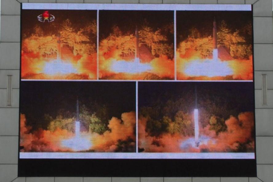 Thông tin về vụ thử tên lửa đạn đạo liên lục địa (ICBM) của Triều Tiên được công bố trên màn hình ở quảng trường tại thủ đô Bình Nhưỡng ngày 29.7.2017. Ảnh: Getty Images