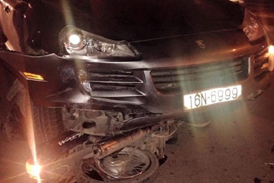Chiếc xe chỉ dừng lại khi cuốn một xe máy vào gầm. Ảnh CTV