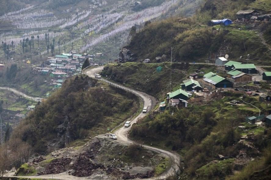 Đoạn đường núi ở biên giới tranh chấp giữa Ấn Độ và Trung Quốc. Ảnh: SCMP