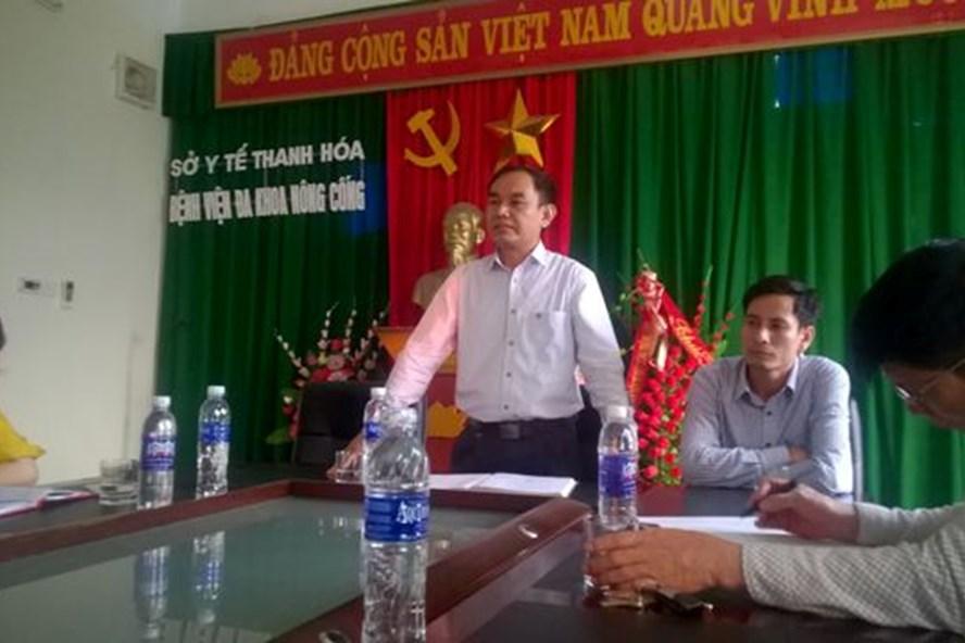 BS Lê Nguyên Khanh - GĐ BV Đa khoa Nông Cống (đứng) trong buổi làm việc với phóng viên sau cái chết của bệnh nhân Mạch Văn Hà.