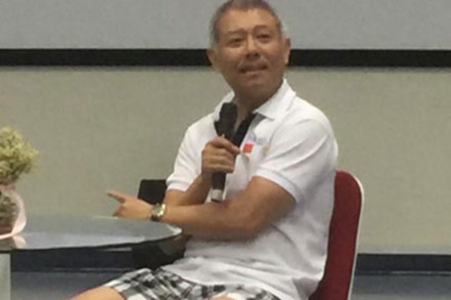 Hình ảnh vị Giáo sư với quần sooc ngồi thuyết trình về đổi mới tư duy sáng tạo.