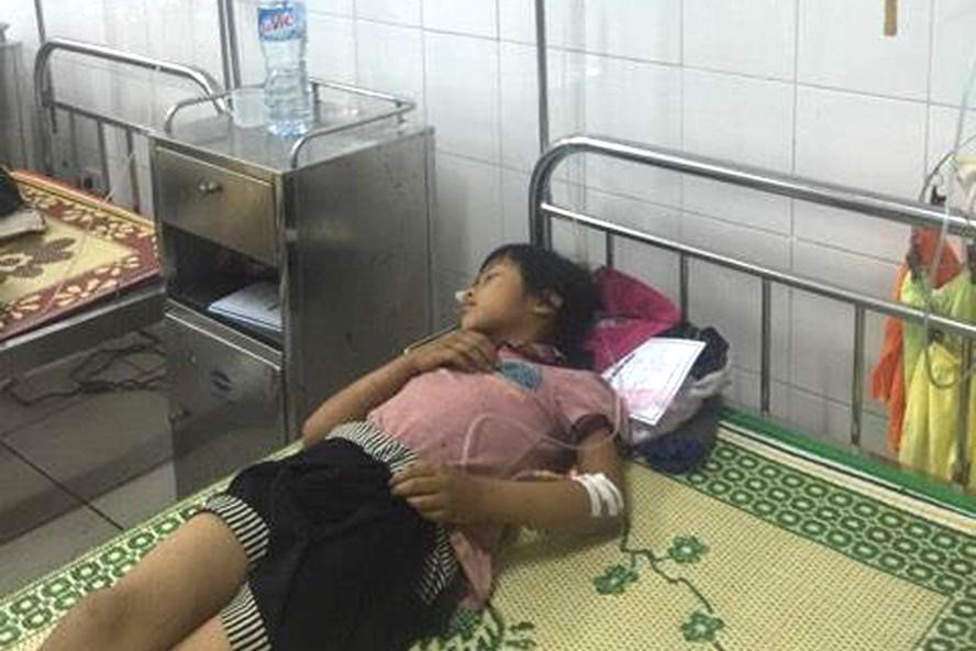 Các bé bị ngộ độc được điều trị tại BV đa khoa Tuyên Quang. Ảnh: PV
