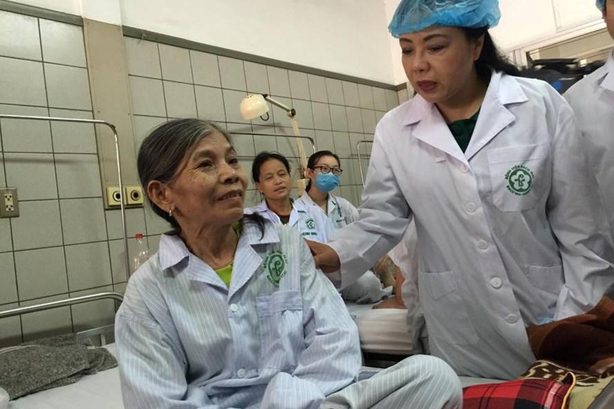 Bộ trưởng Bộ Y tế Nguyễn Thị Kim Tiến thăm hỏi bệnh nhân chạy thận đang điều trị tại Bệnh viện Bạch Mai trưa 30.5.