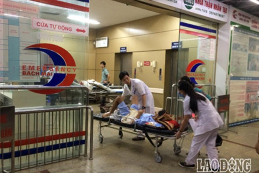 Đêm 29, 10 trong số 18 bệnh nhân chạy thận bị sốc phản vệ tại Bệnh viện Đa khoa tỉnh Hòa Bình đã được chuyển về Bệnh viện Bạch Mai. Ảnh: Vương Trần.