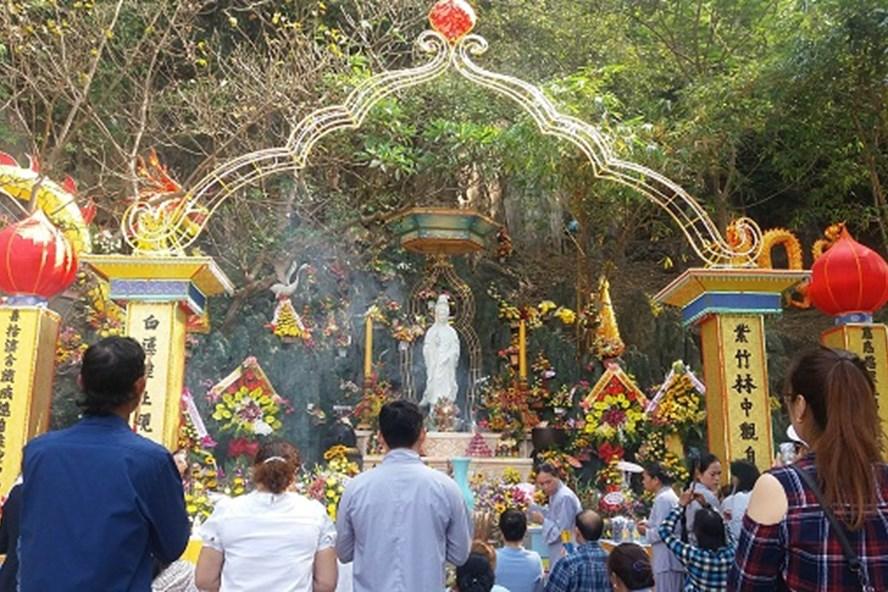 Người dân nô nức tới lễ Phật tại Lễ hội Quán Thế Âm - Ngũ Hành Sơn 2017.