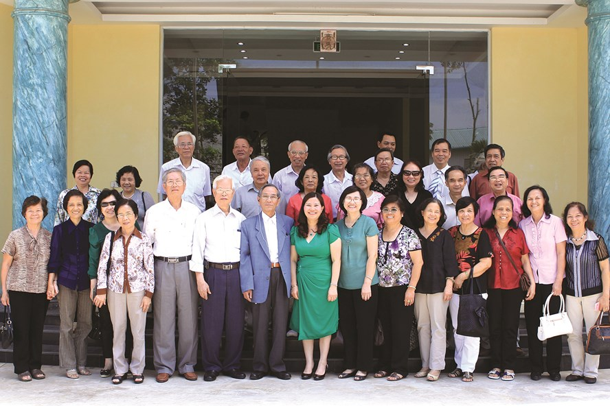 Hội Cựu giáo chức trường ĐH Dược HN thăm nhà máy Dược phẩm Tâm Bình.