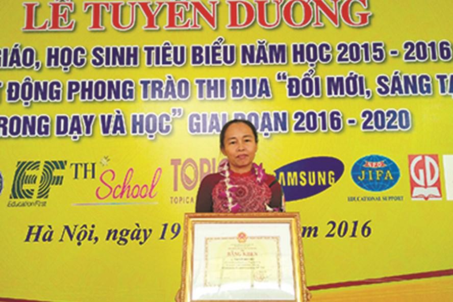 Nhà giáo ưu tú Nguyễn Thị Thúy nhận bằng khen của Bộ GD-ĐT.