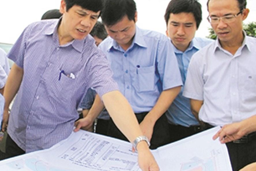 Ông Nguyễn Đình Xứng - Chủ tịch UBND tỉnh Thanh Hóa (trái) cùng doanh nghiệp tháo gỡ khó khăn, đẩy nhanh tiến độ dự án Lọc hóa dầu Nghi Sơn. Ảnh: X.N