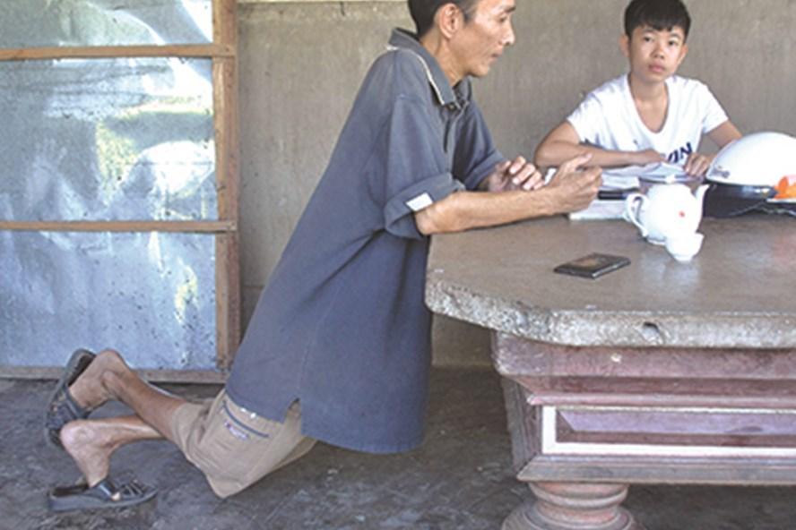 Vì xương đã căng cứng nên thầy Hưng không ngồi được như người bình thường. Ảnh: P.N