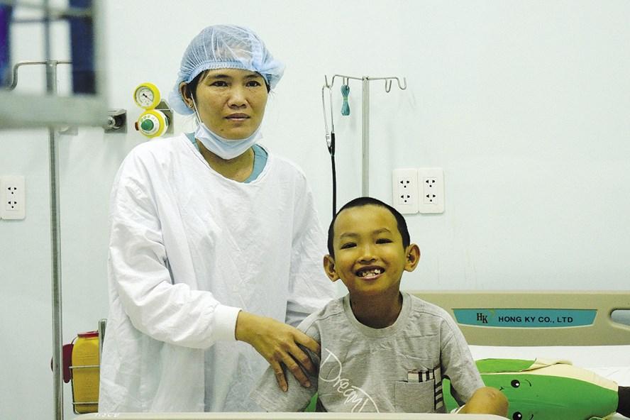 Bé Khiêm nở nụ cười hồn nhiên khi nhìn thấy các bác sĩ phẫu thuật cho mình. Ảnh: K.Q