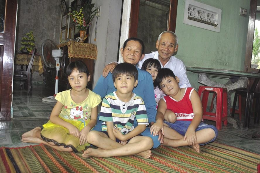 Gần 35 năm qua, vợ chồng ông Phương cưu mang hàng chục đứa trẻ mồ côi. Ảnh: P.N