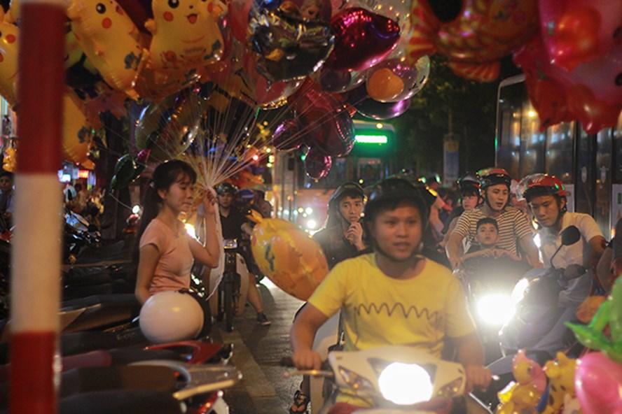 Nhiều tuyến phố bị cấm đường phục vụ tuyến phố đi bộ dẫn đến nhiều trục đường chính lân cận bị ùn tắc. Ảnh Trần Vương