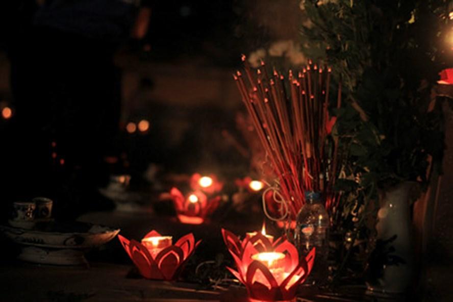 """Tối 26.7, tại nghĩa trang Mai Dịch đã diễn ra """"Lễ thắp nến tri ân các Anh hùng liệt sĩ"""". Ảnh T.V"""