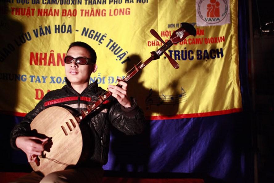 Một tiết mục trong đêm diễn của Đặng Tú Tài - Đoàn nghệ thuật nhân đạo Thăng Long. Ảnh: HOÀI ĐAN