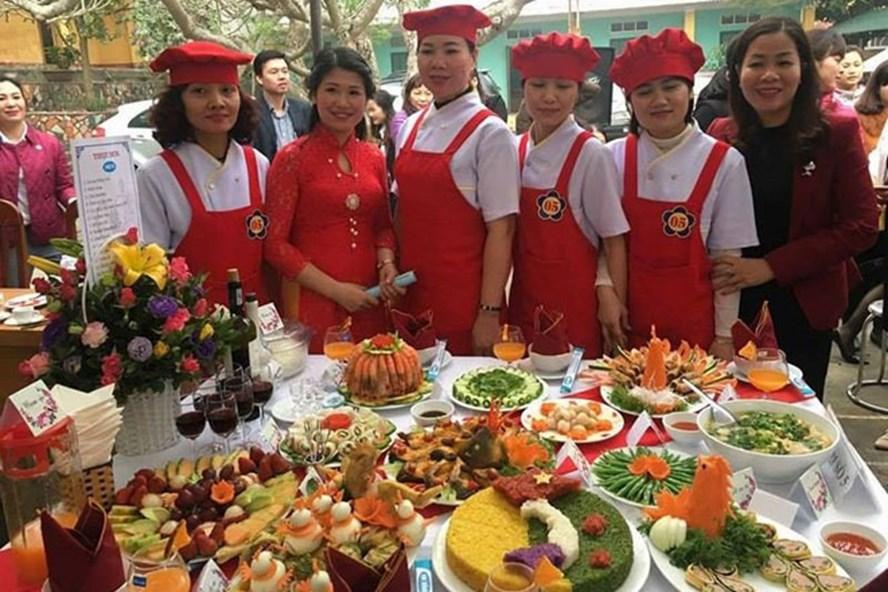 Nữ đoàn viên CĐ tỉnh Tuyên Quang trổ tài nấu ăn. Ảnh: P.V