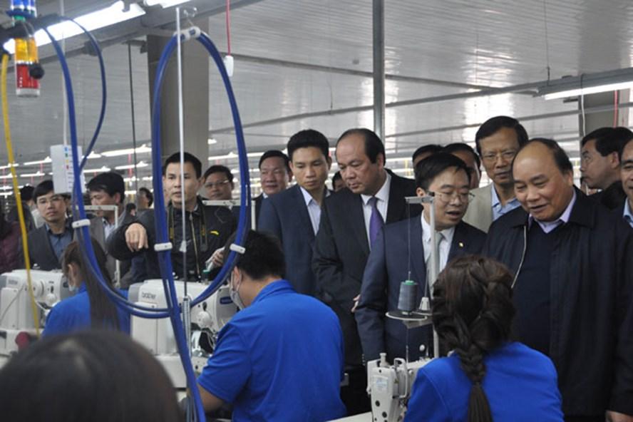 Thủ tướng Chính phủ Nguyễn Xuân Phúc thăm Cty May Tuyên Quang thuộc Tập đoàn Dệt may VN. Ảnh: VINATEX