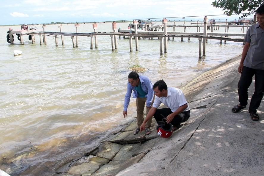 Người dân lo lắng việc doanh nghiệp nạo hút cát không đúng quy trình sẽ làm sạt lở thêm bờ sông. Ảnh: HƯNG THƠ.